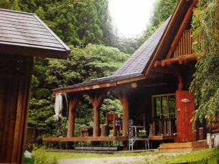 京ら屋さんの外観。丸太の皮むきから積み上げ、屋根、内装も全てご家族で手がけられたそうです。木の温もりがホッとする安らげる空間。