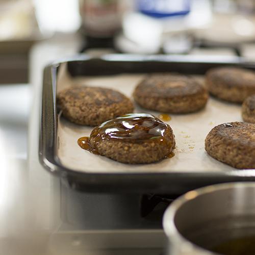 たききびでつくったハンバーグ。もちろんお肉は使っていません。